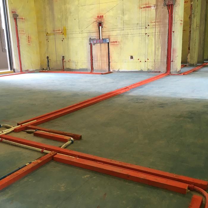 地面走线是开槽还是走明管好?