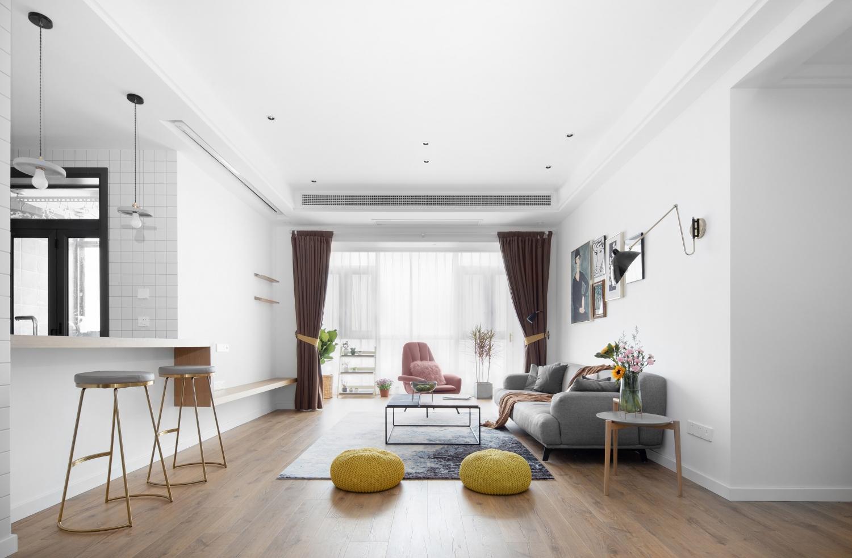 面对空空如何的客厅,如何装修才能不显空?